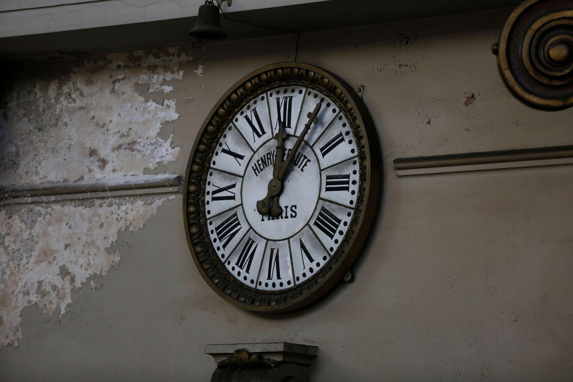 Todas las salas del edificio tienen un reloj para los lectores, que estaban sincronizados