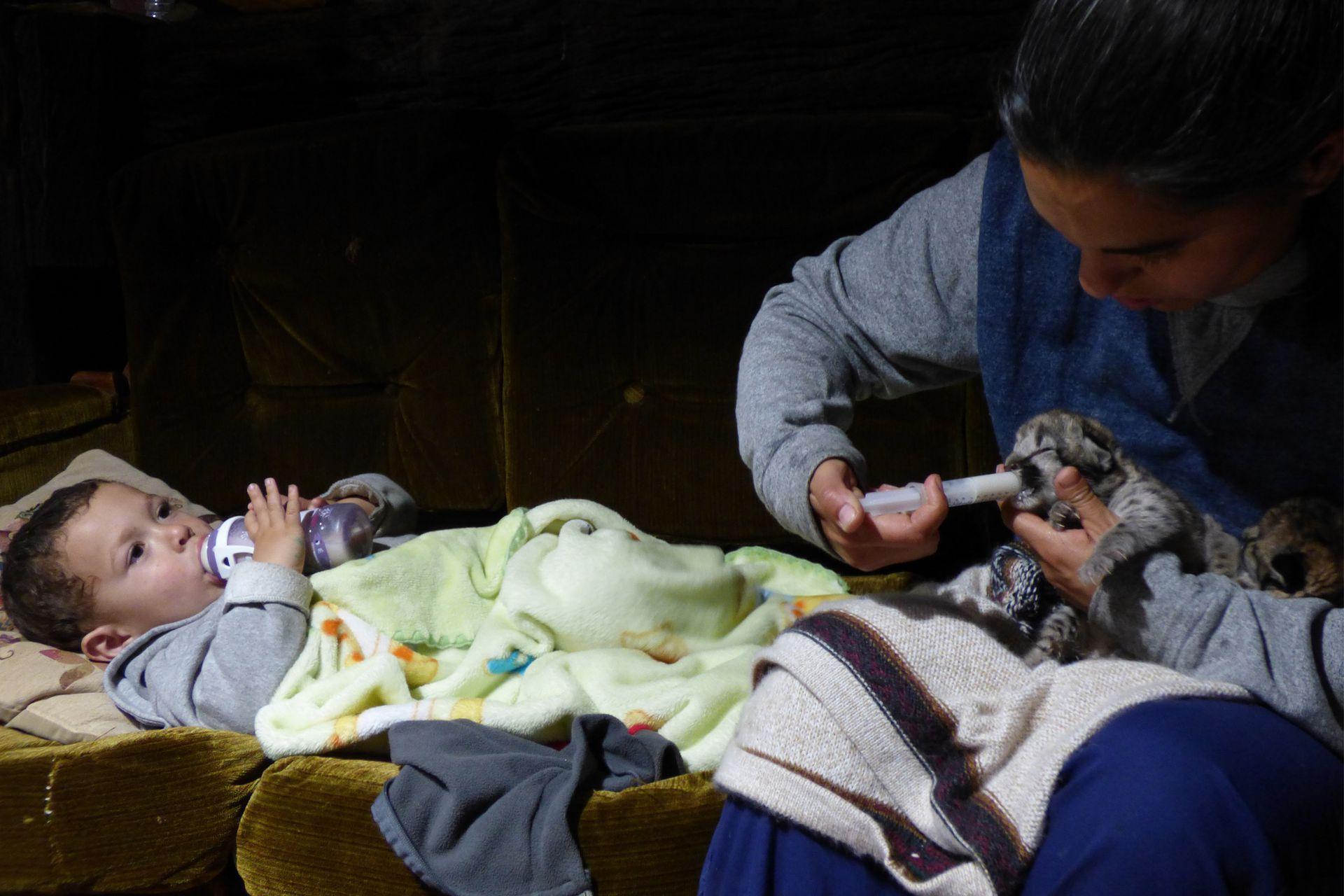Talita, con Aluminé Sangorrin, una de las voluntarias que participó en su crianza.