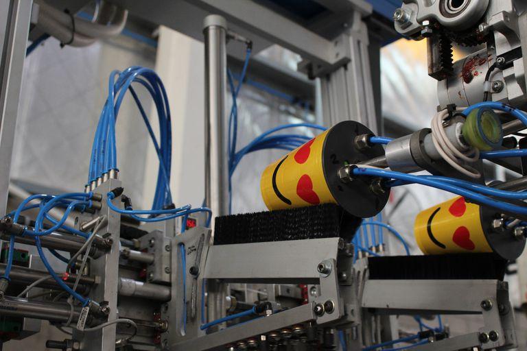 Una máquina de Buplasa produciendo vasos plásticos