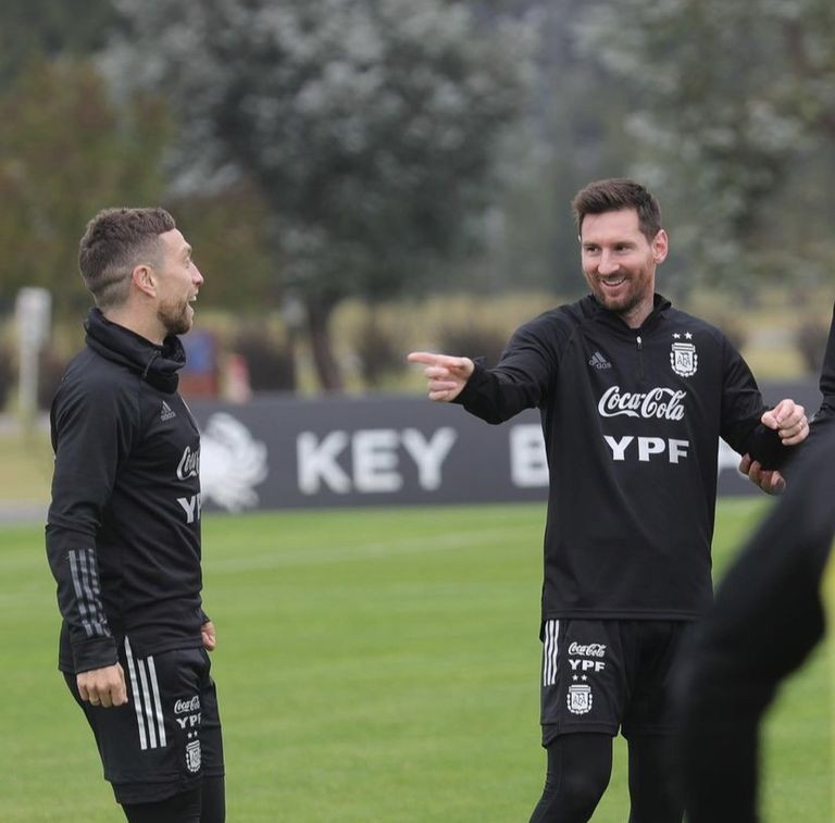El Papu Gómez divirtiendo a Leo Messi en el día de su cumpleaños