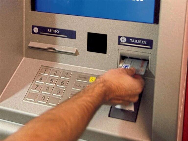 Desde el 1 de abril las extracciones de dinero de cajeros de otros bancos u otras redes tendrán costo adicional