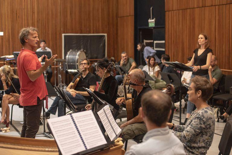 El director musical, el maestro Jean-Cristophe Spinosi, al frente de uno de los ensayos de la orquesta invitada Ensemble Matheus