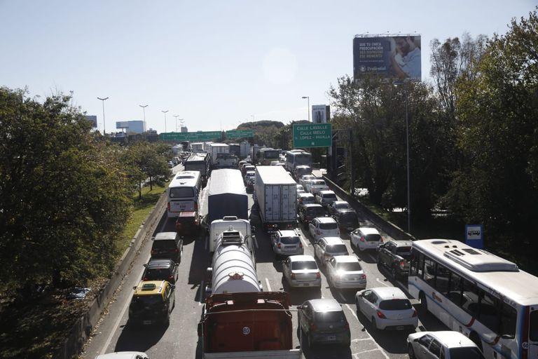 Colapso de tránsito por los controles en la Panamericana