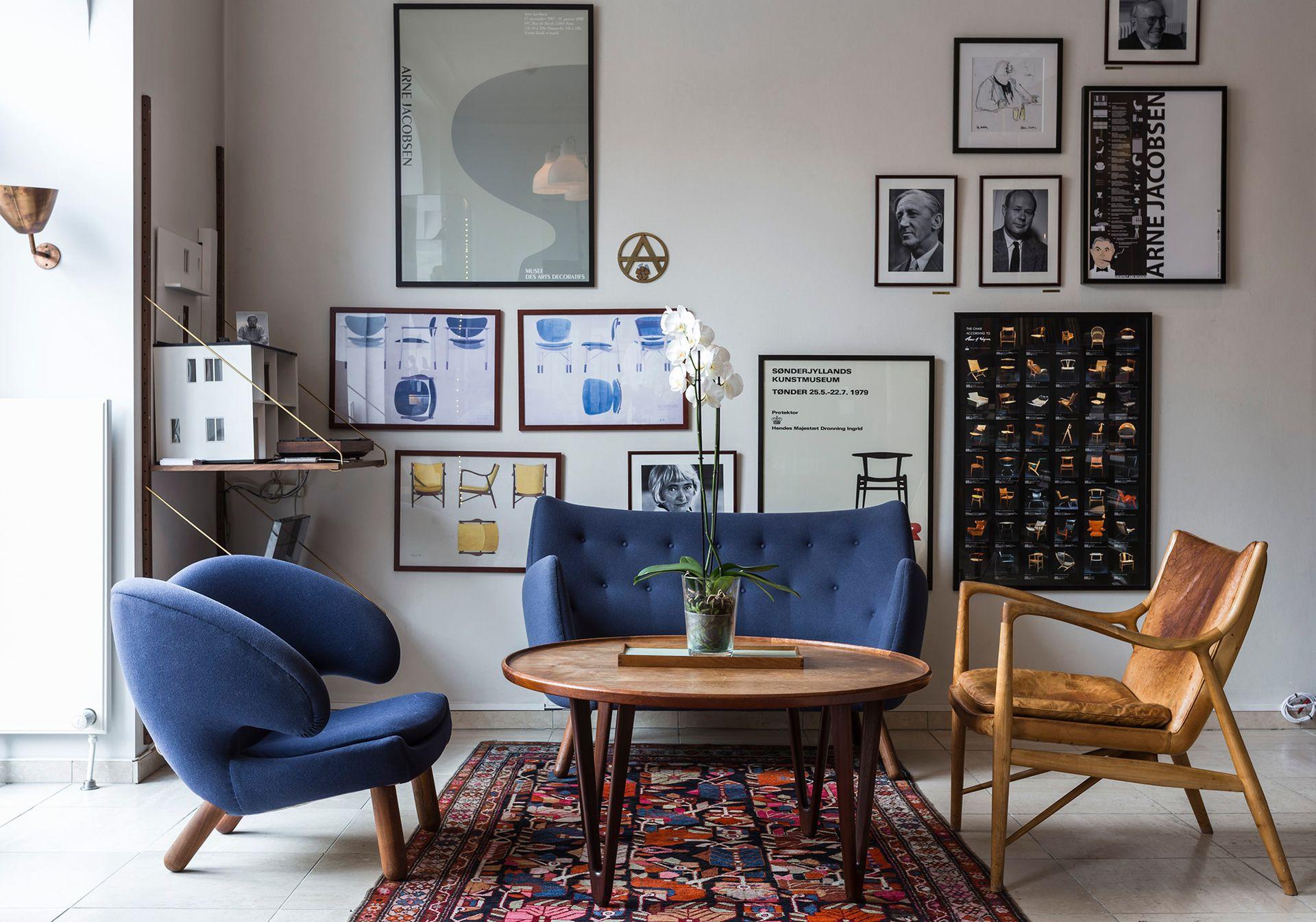 Un detalle del lobby con sofás vintage de Finn Juhl.