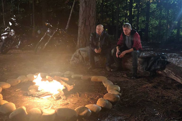 Rob Garrison y William Zabka graban la escena junto a una fogata para el episodio 6 de la segunda temporada de Cobra Kai, que sería la última aparición del actor que interpreta a Tommy