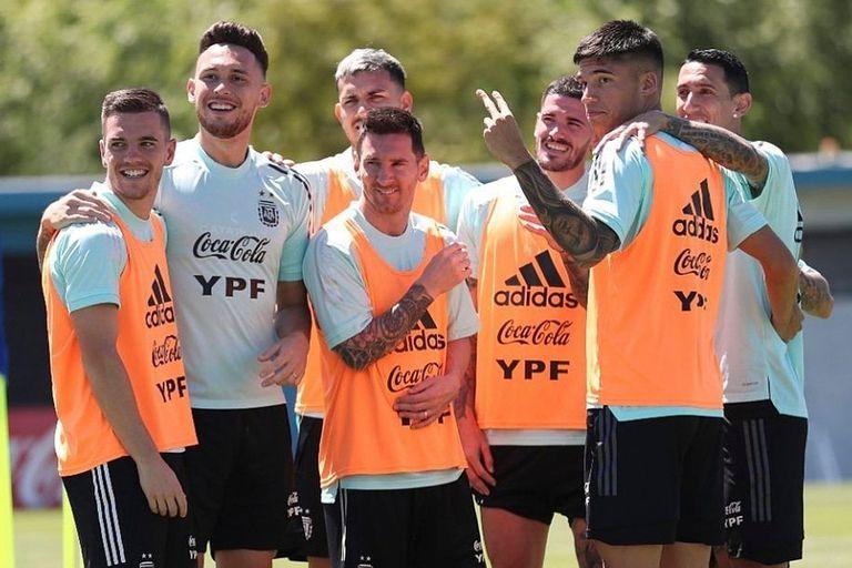 Lionel Messi junto a sus compañeros de la selección argentina