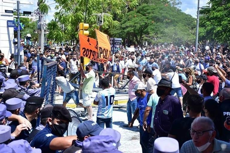 La represión policial en Formosa contra los que se manifestaron por la decisión de Gildo Insfrán de regresar a la fase 1 de aislamiento social, preventivo y obligatorio (ASPO)
