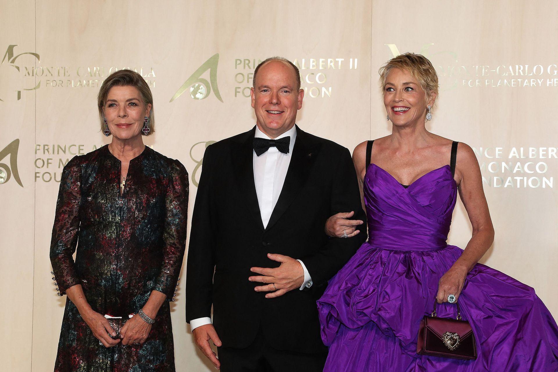 Una deslumbrante Sharon Stone, con un espectacular vestido violeta, tuvo su aparición junto al Príncipe Alberto II de Mónaco y la princesa Carolina de Hanover en Mónaco
