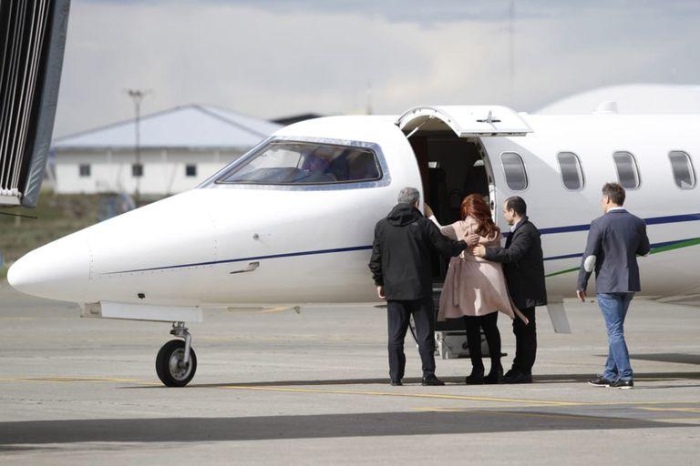 Cristina Kirchner, sube a un avión en Río Gallegos, luego de votar