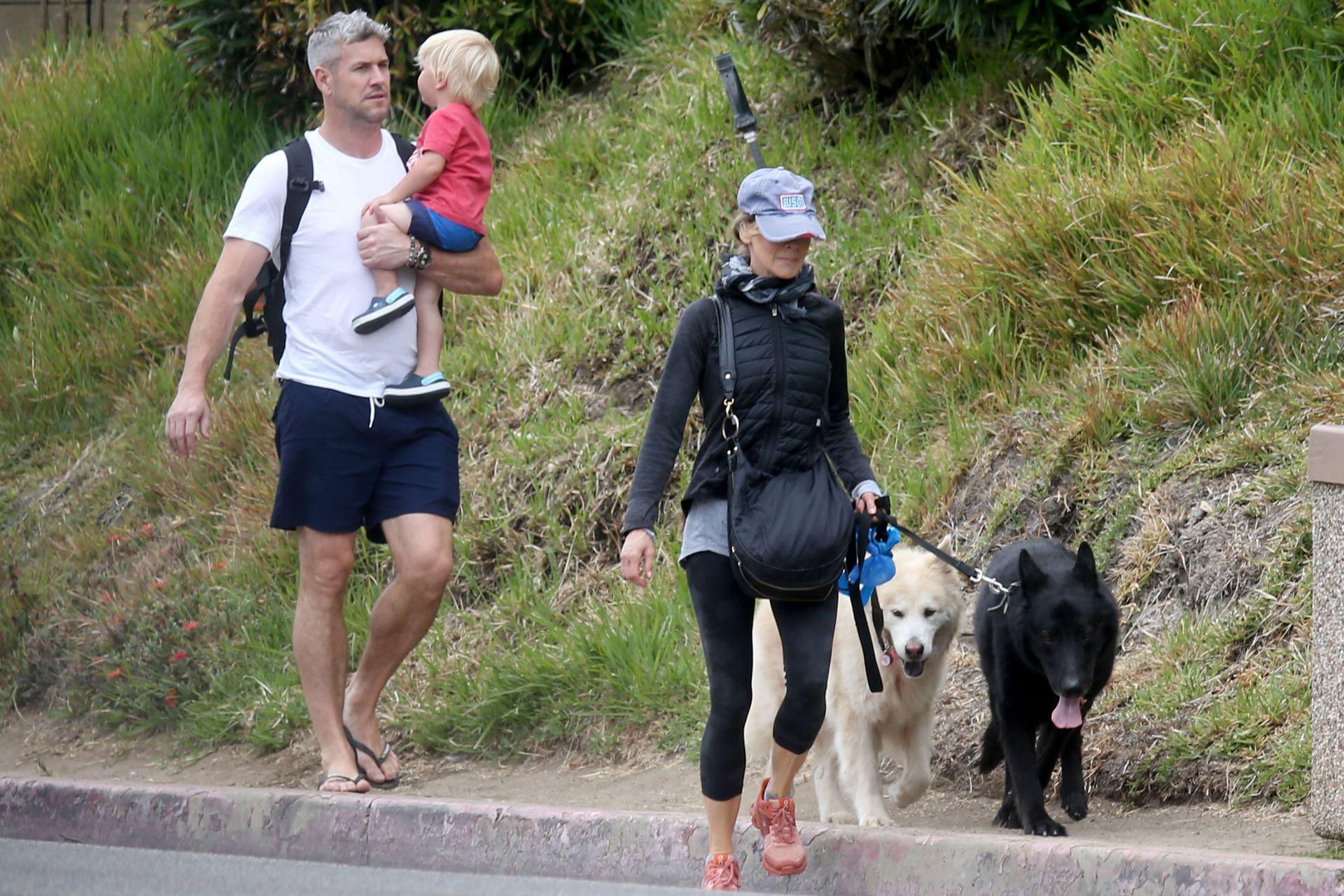 La relación entre Renee Zellweger y Ant Anstead marcha sobre ruedas y avanza rápido; a la doble ganadora del Oscar se la vio paseando con sus perros junto al presentador y a su hijo, Hudson