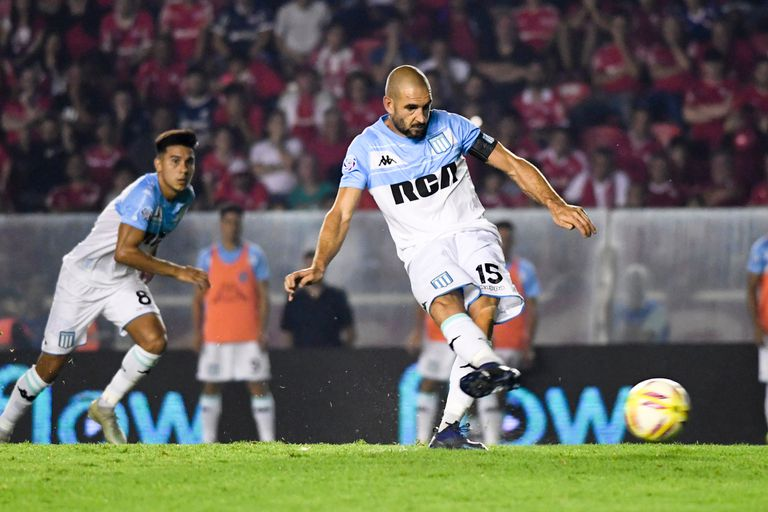 Licha López marcó de penal para darle ventaja de 2-1 a Racing.