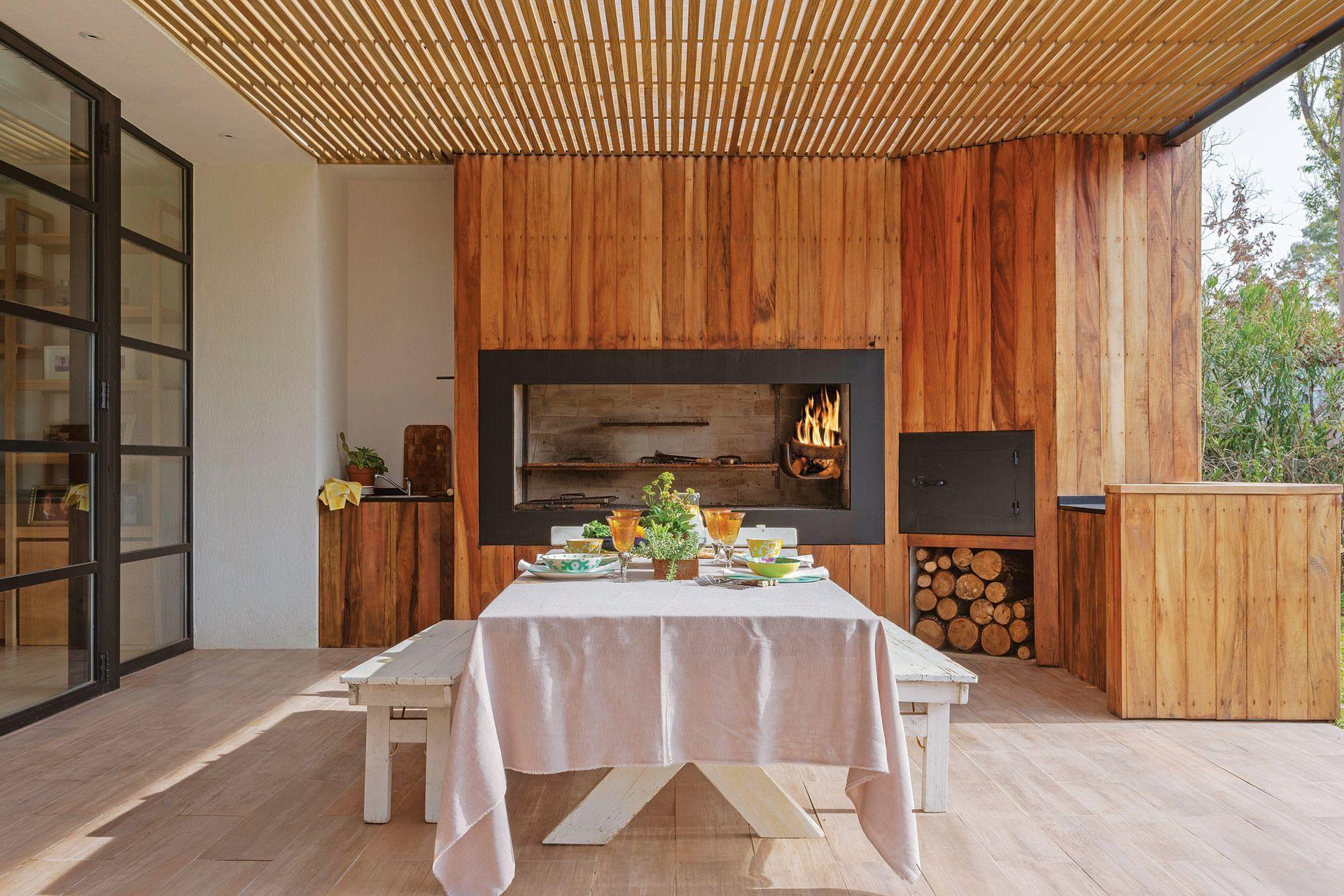 El grueso marco de chapa de hierro preserva la madera del revestimiento del efecto del humo y el calor.
