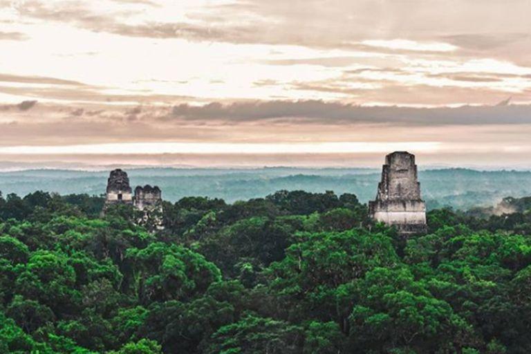 Los mayas son reconocidos por sus majestuosas construcciones. Después del abandono, Tikal fue cubierta por la extensión de la selva y se convirtió en una ciudad fantasma