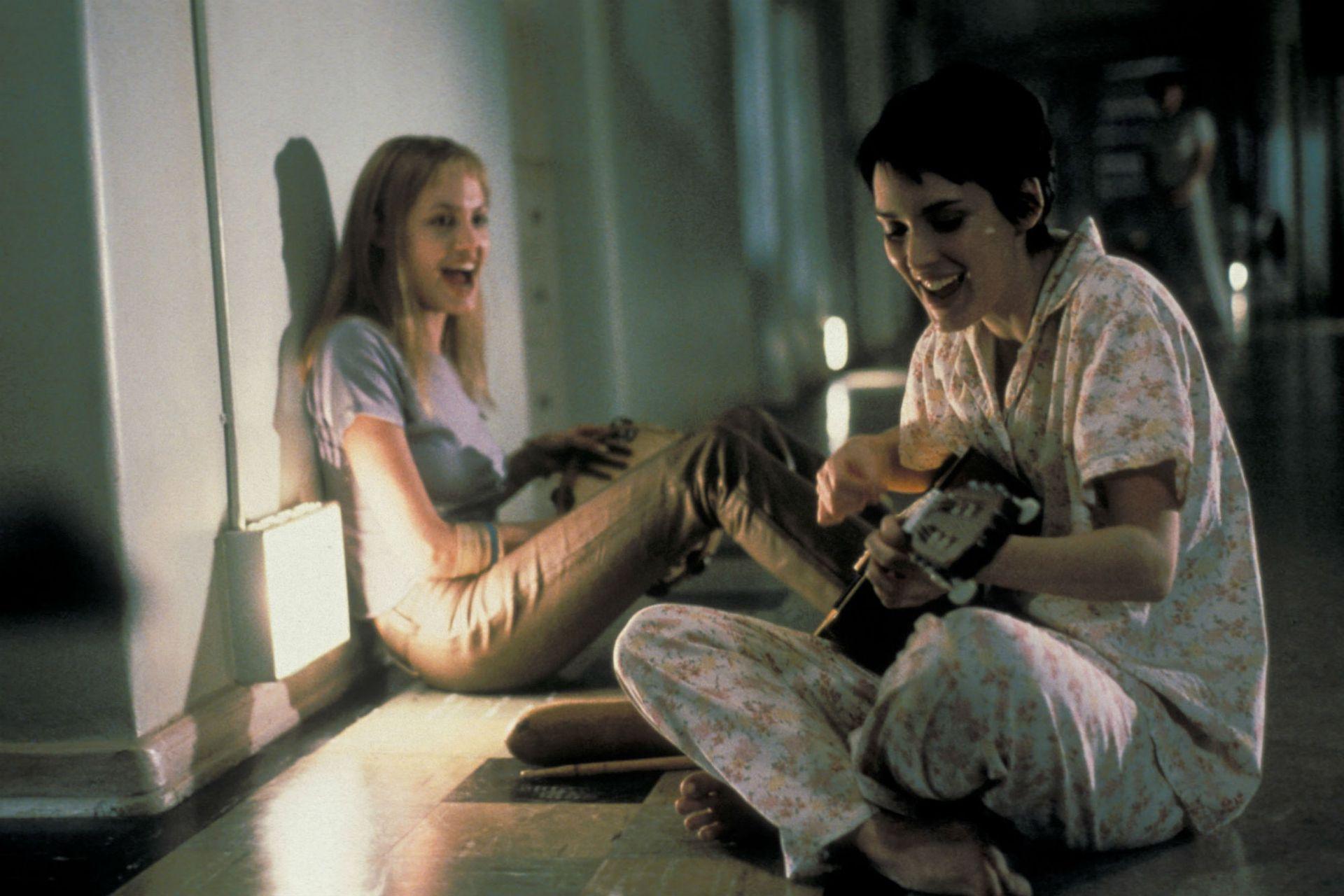 Angelina Jolie y Winona Ryder en una escena de Inocencia, interrumpida