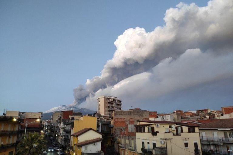 La erupción, que fue captada por diversos medios locales y usuarios de las redes sociales, provocó una nube de ceniza que obligó a suspender las operaciones del aeropuerto de la ciudad, situada en la costa este de Sicilia