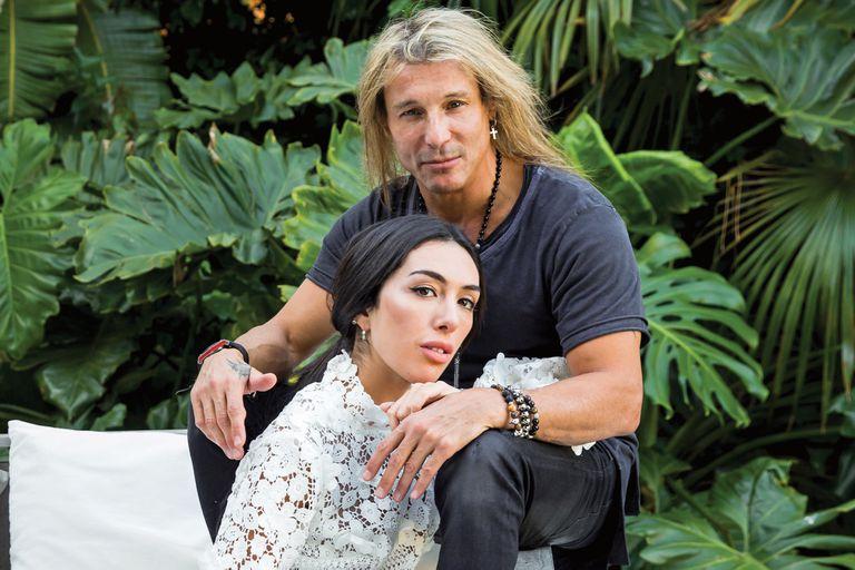 Una imagen única: Claudio posa por primera vez para un medio con Sofía, su joven novia. El ex futbolista entrena tres veces por semana con ella y, además, hace pilates.