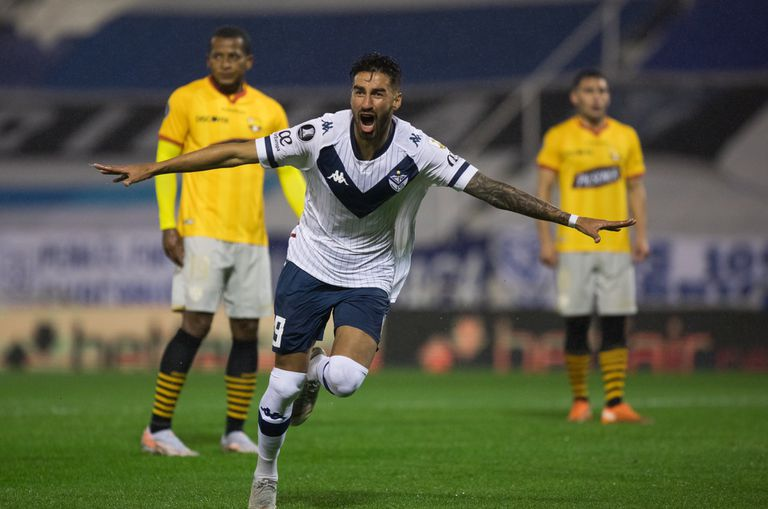 El festejo de Juan Martín Lucero, el autor del gol de Vélez cuando iban seis minutos del primer tiempo