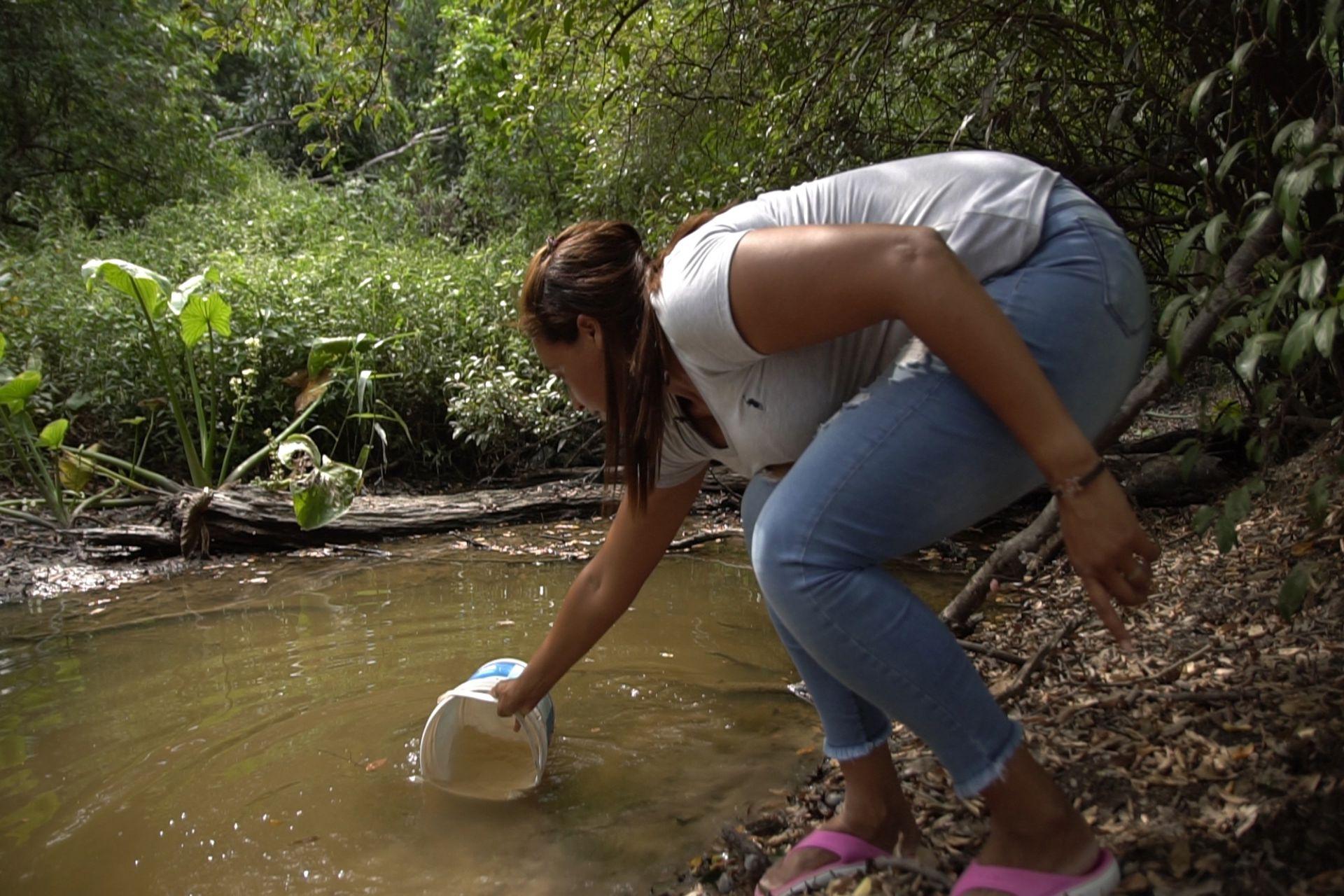 Desde que el aljibe que tenía en su casa dejó de funcionar, Luisa recolecta el agua de un riacho que se encuentra a 10 metros de su casa.