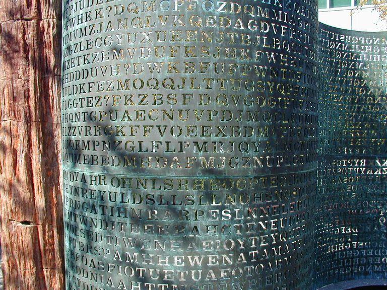 Además del código en que están escritos los mensajes, el creador le puso intencionalmente palabras con faltas de ortografía, para complicar más a los rastreadores de misterios
