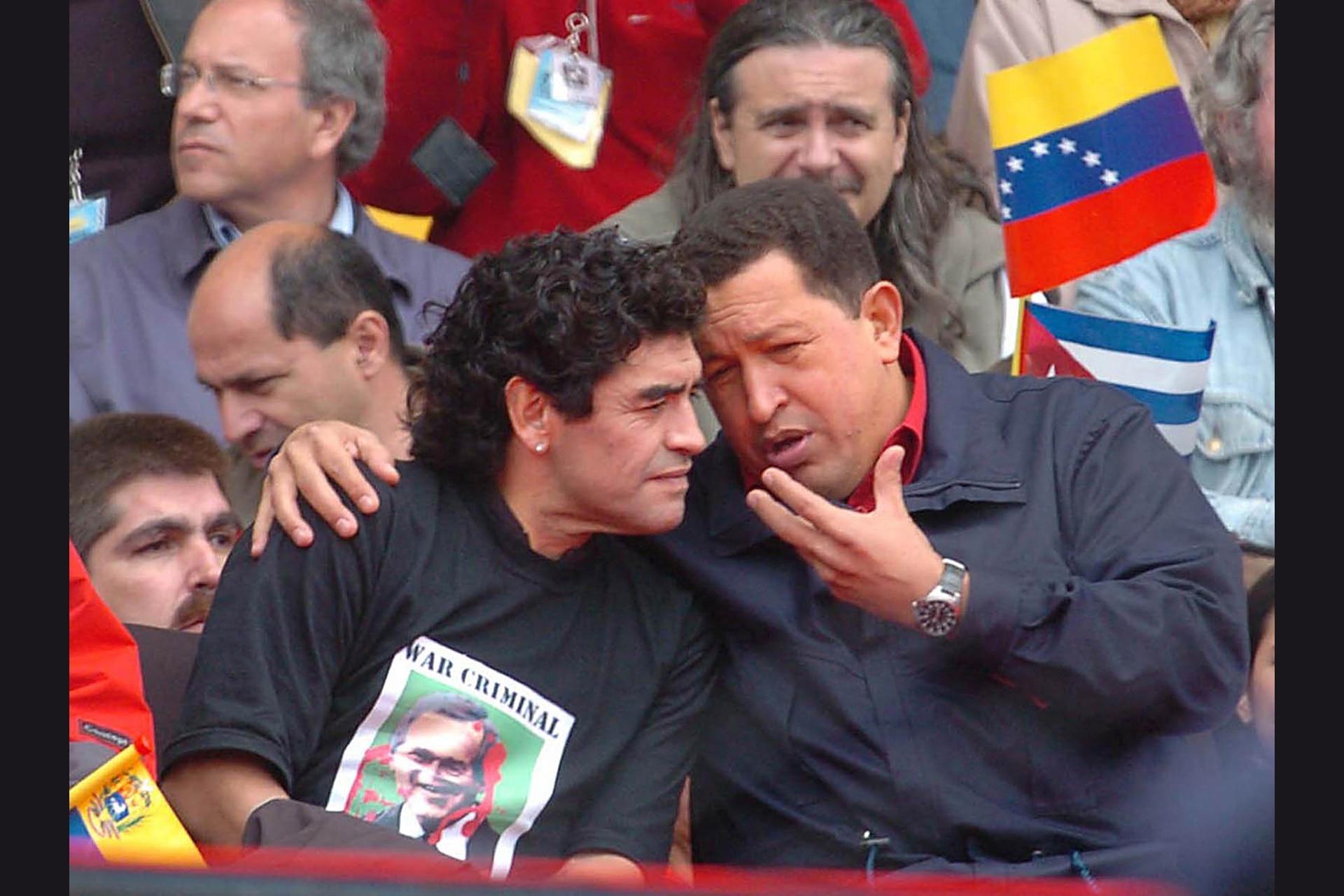4/11/05: Hugo Chávez junto a Diego Armando Maradona durante el acto de cierre de la III Cumbre de los Pueblos, realizado en el Estadio Mundialista de Mar del Plata
