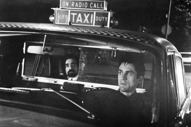 Martin Scorsese hace un cameo como un pasajero del taxi que conduce Travis Bickle (Robert De Niro).