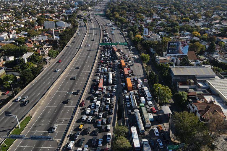Colapso de tránsito: fuertes críticas de la oposición a la medida de Axel Kicillof