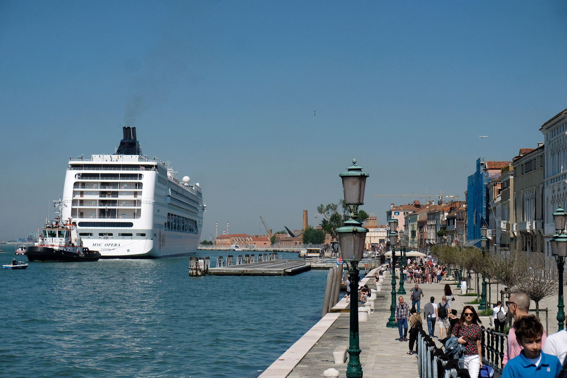 Ante la mirada atónita de los que paseaban por el puerto, el barco avanzaba sobre la costa