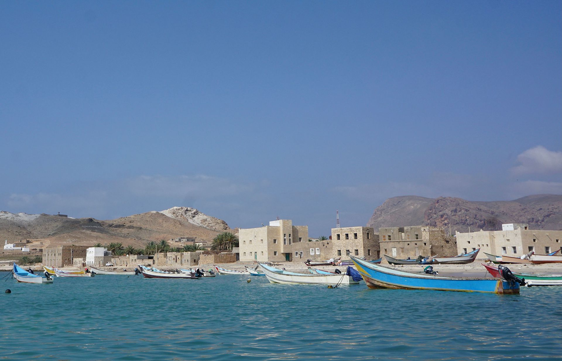 Botes pesqueros en Qalansiyah, al oeste de la isla yemení de Socotra, el segundo asentamiento más grande del archipiélago del Océano Índico, que ha sido nombrado por la ONU como Patrimonio de la Humanidad como una de las islas más ricas y distintas en biodiversidad del mund