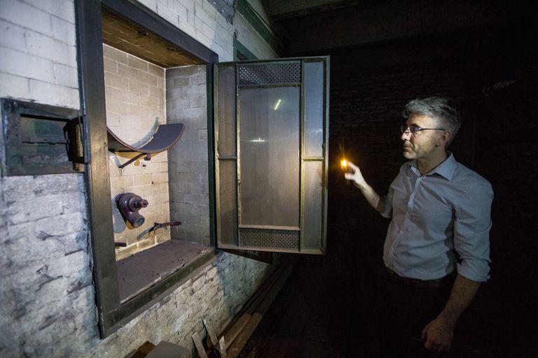 Tomás Palastanga muestra un nicho donde antiguamente se guardaba un kit antiincendios en Pasco Sur