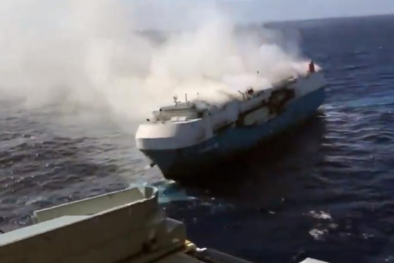 Imágenes y videos del buque perdido en el océano con 3500 autos Nissan