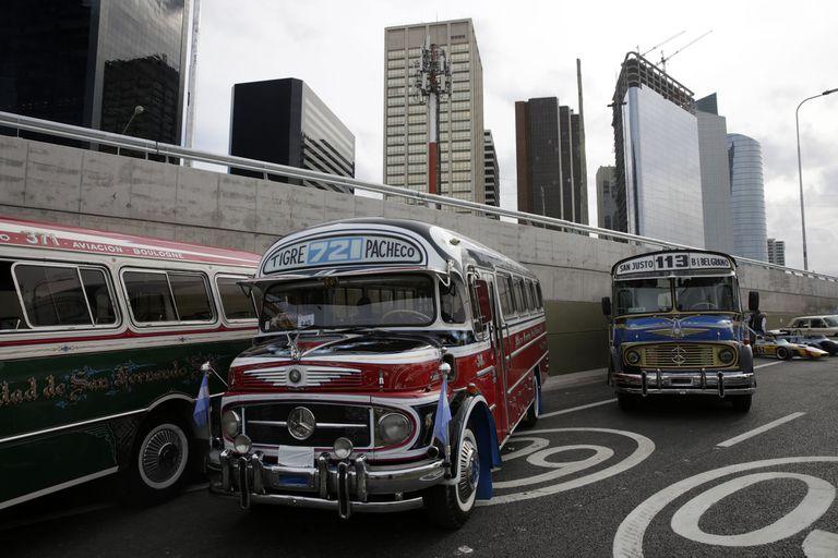 El desfile incluyó también colectivos que circularon por Buenos Aires algunos años atrás