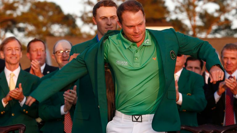 Jordan Spieth ayuda a Danny Willett a ponerse la chaqueta verde en Augusta 2016