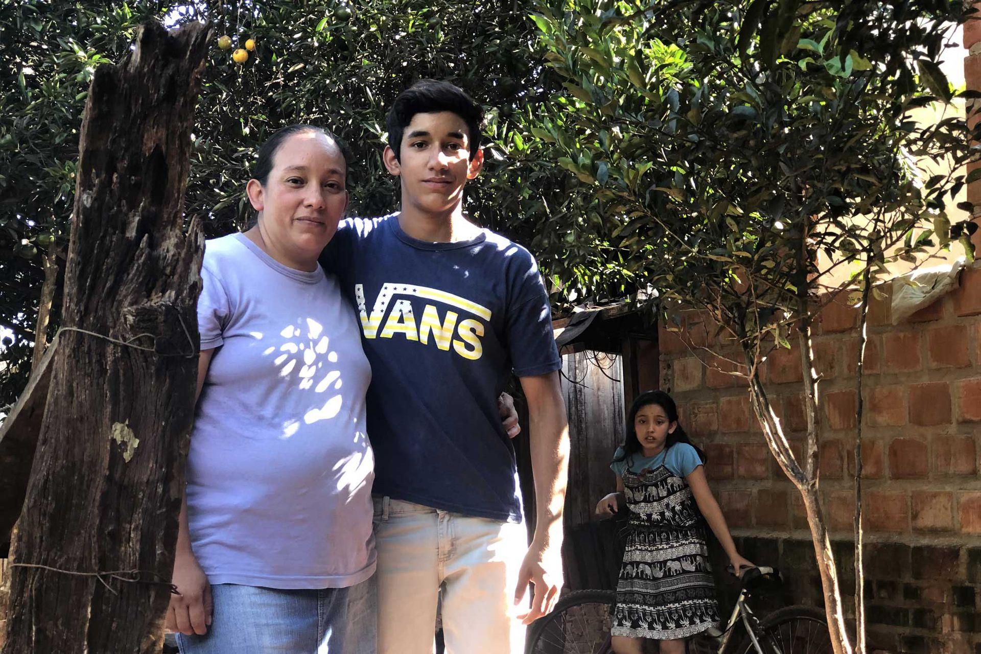 Santiago y su mamá en el frente de su casa; para ella lo más importante es que su hijo pueda cumplir sus sueños
