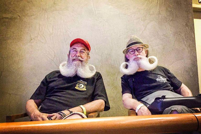 En un híbrido entre barba y bigote, estos dos parroquianos ven la vida pasar sin estresarse demasiado.