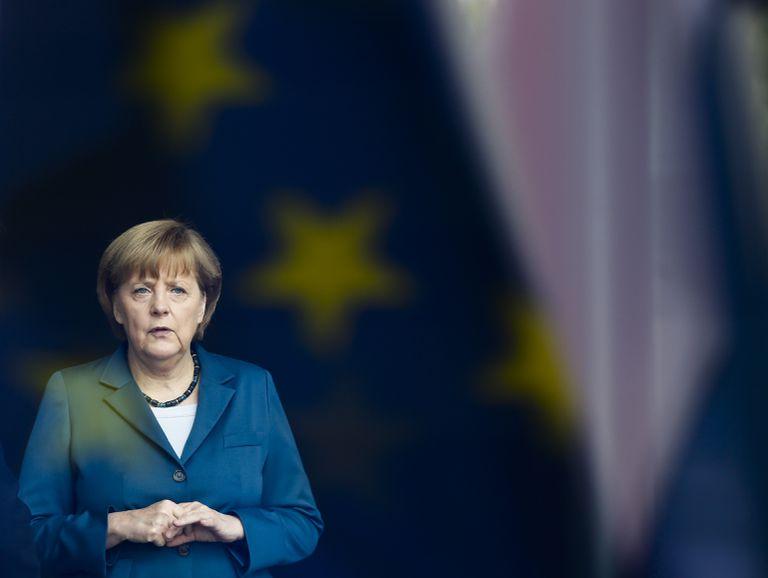 En esta foto de archivo del 3 de junio de 2013, la canciller alemana Angela Merkel está detrás de una ventana que refleja la bandera de la Unión Europea