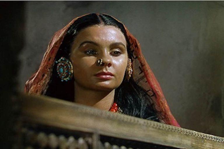 En uno de sus primeros papeles importantes, Jean Simmons interpreta a una joven india al cuidado de las monjas en el palacio al pie del Himalaya.
