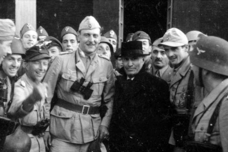 Otto Skorzeny junto a Benito Mussolini luego del cinematográfico rescate