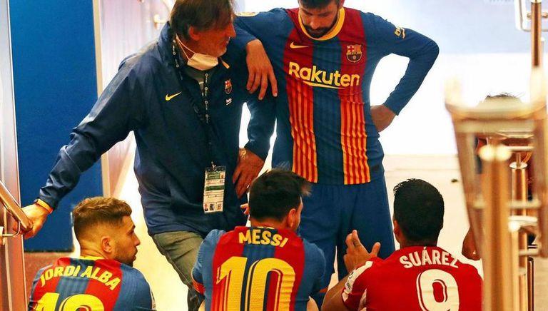 Suárez con susex compañeros del Barcelona