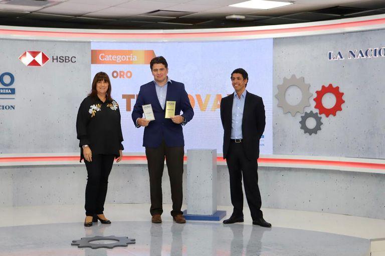 El ganador del oro, Diego La Torre, presidente y cofundador de Tecnovax, junto a Patricia Bindi, directora de Banca Empresas de HSBC Argentina, y Juan Marotta, CEO de HSBC Argentina y CEO LAM Sur
