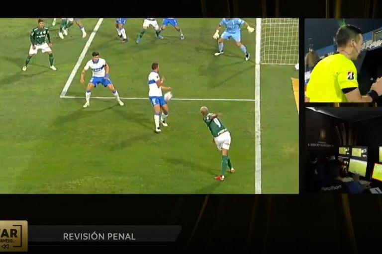 El centro de Deyverson da en el muslo de Germán Lanaro y luego en su mano izquierda; controvertido y decisivo penal para Palmeiras contra Católica en Chile.