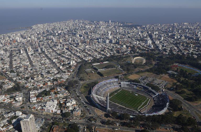 Vista aérea de Montevideo, con el estadio Centenario al frente