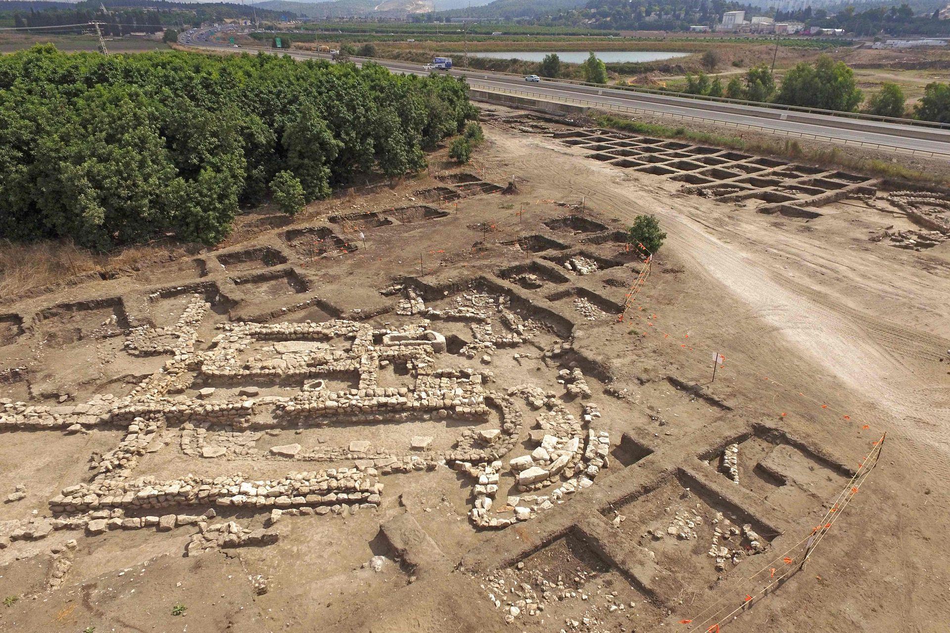 Se hallaron fortificaciones de unos veinte metros de largo y dos de alto, explica Dina Shalem, otra arqueóloga