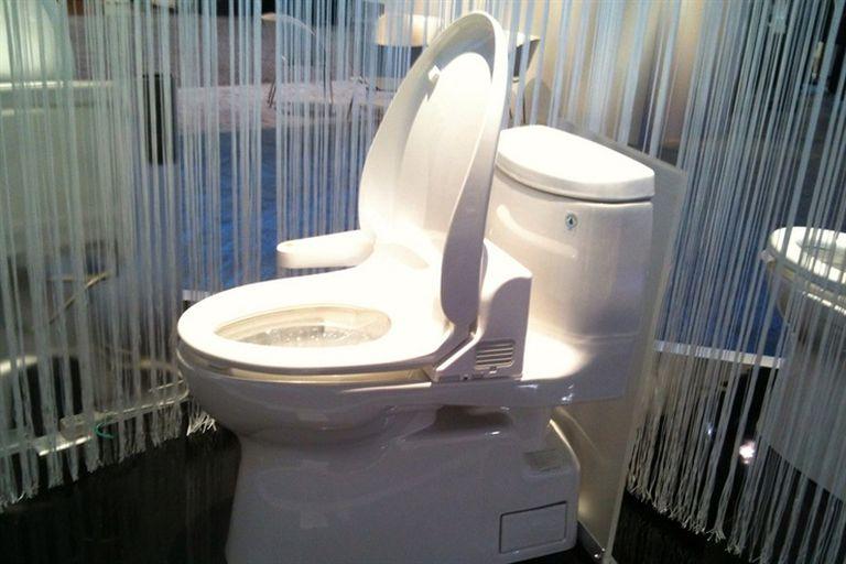 A diferencia de los washlet, los inodoros inteligentes japoneses, el sistema Toibot busca resolver la limpieza interna sin intervención humana