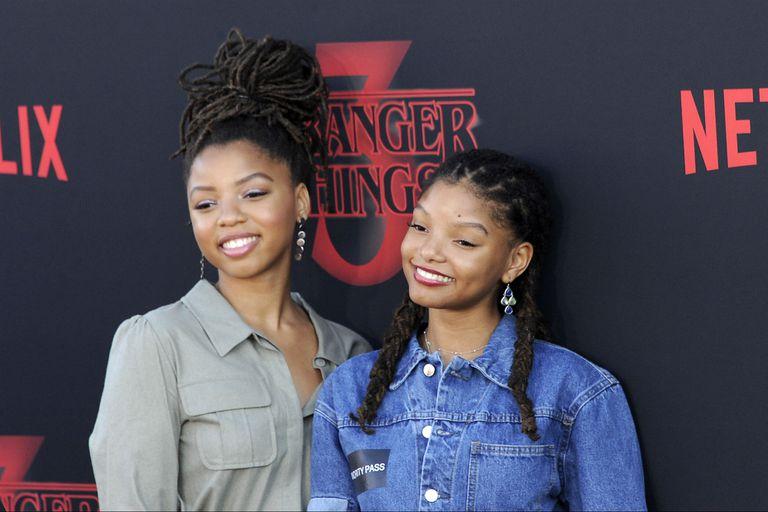 Halle junto a su hermana Chloe en la presentación de la tercera temporada de Stranger Things