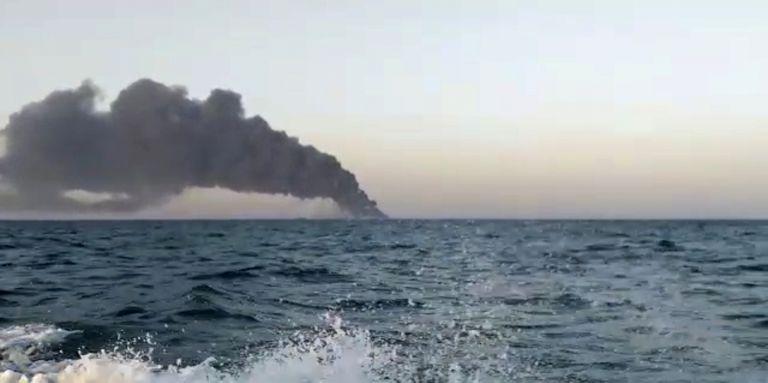 Esta imagen muestra humo que se eleva desde el barco de apoyo de la marina de Irán Kharg en el Golfo de Omán
