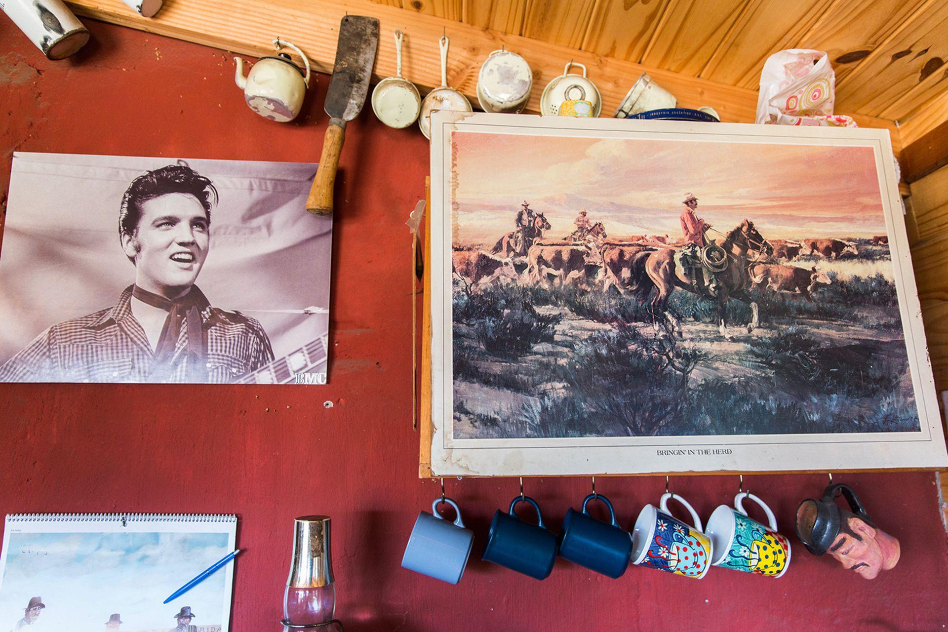Elvis Presley y los cowboys texanos decoran las paredes de la estancia patagónica.