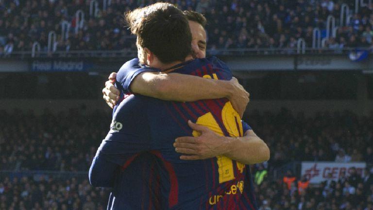 Una postal del clásico en el Bernabéu: la felicitación de Jordi Alba a Messi tras el gol de penal del argentino