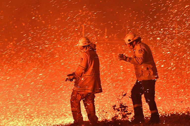 Los bomberos combaten el fuego en Australia