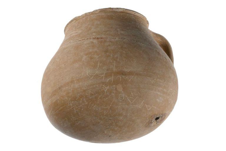La superficie exterior de la vasija está cubierta con más de 55 nombres