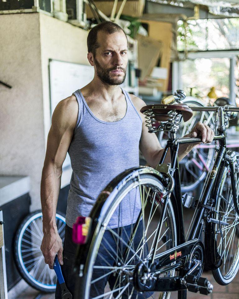 """Fran De Vedia (37) Taller Origami. Le gusta: """"Salir a probar las bicis y comprobar que todo funciona""""."""